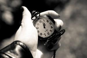 tick tack klocka i handen